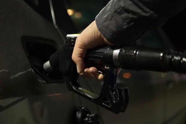 Auto batean gasolina kargatzen
